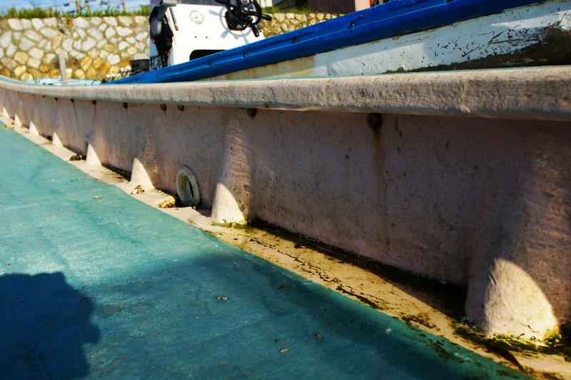 船底への水漏れをさせない多重構造 長尺FRP材の使用で貼り合わせ箇所を減らし 貼り合わせ部分をずらしながら強度を保つ技術 強じんで優れた骨組み構造